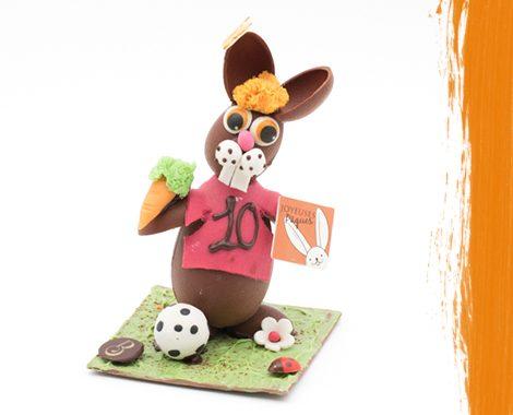 Lapin de Pâques en chocolat qui joue au foot