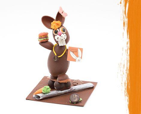 Lapin en chocolat qui fait du skateboard
