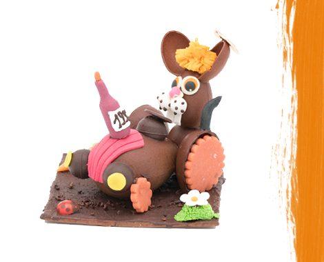 Lapin de Pâques en chocolat sur son tracteur